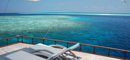 Dhoni Stella: private yacht with a spacious top deck