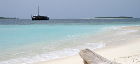 How is a day of cruise in the Maldives aboard Dhoni Stella?